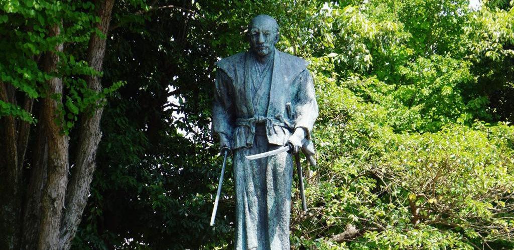 武蔵塚公園の武蔵銅像